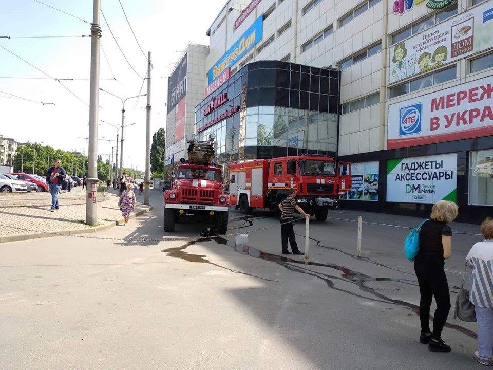 В Харькове спасатели предотвратили пожар в ТРЦ на Одесской (фоторепортаж)