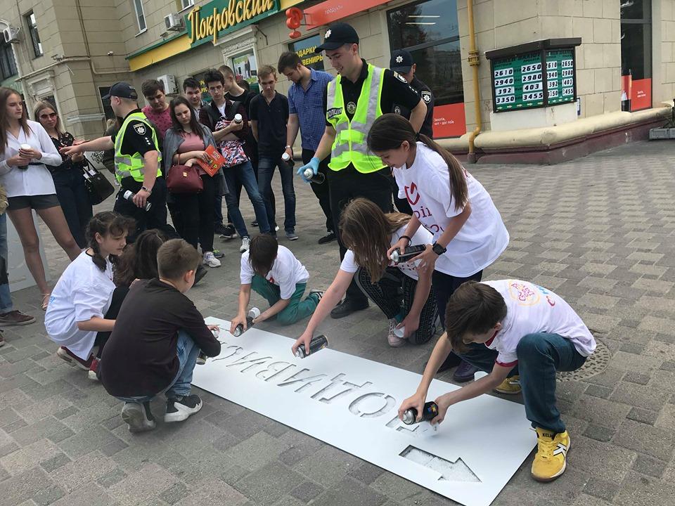 «Зніми навушники» і «візьми дитину за руку»: у центрі Харкова пройшла акція «Відповідальний пішохід» (відео)