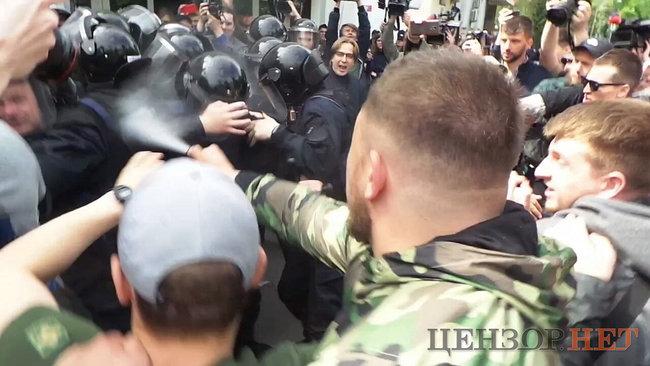 В Киеве под зданием МВД произошла потасовка активистов с правоохранителями (фото)