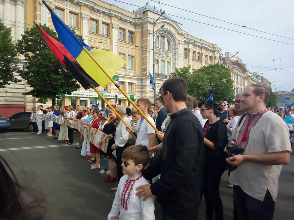 В Харькове прошел марш ко Дню вышиванки (фоторепортаж)