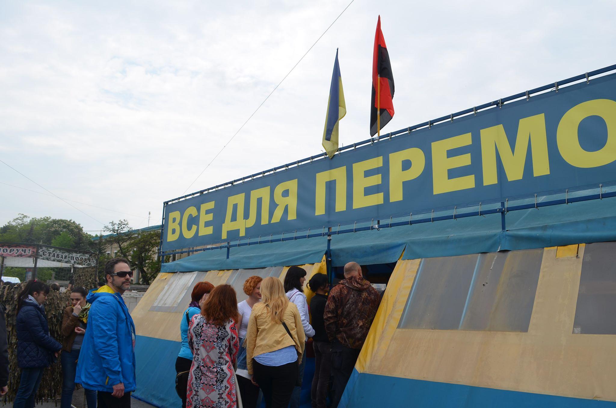 Палатку будут сносить. Кернес ответил на петицию о сносе волонтерской палатки на площади Свободы