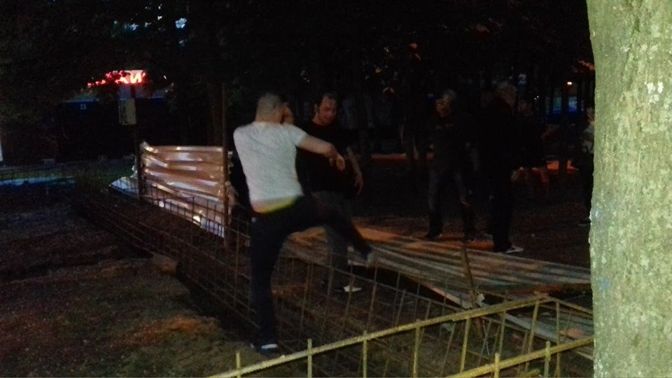 В Харькове люди ломают строительную конструкцию (фото, видео)