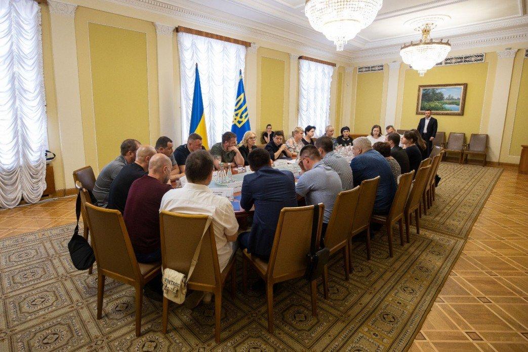 Возвращение пленных из ордло и Крыма: в АП прошла встреча с родными