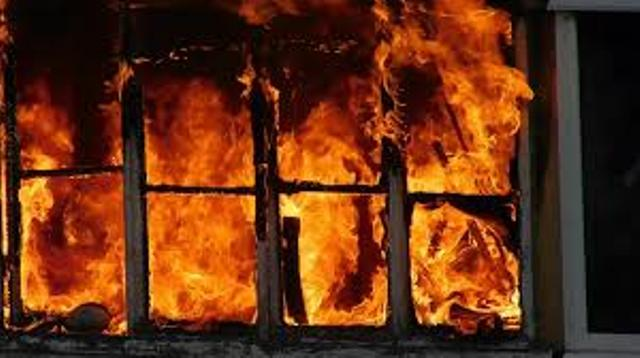 На месте пожара найдено тело неизвестного