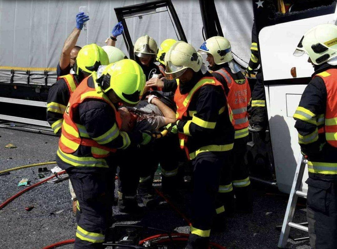 В Чехии школьный автобус врезался в грузовик (фото)
