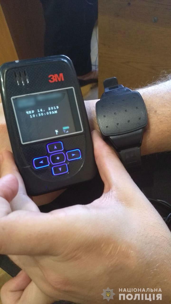 Избиение телеоператора. Полиция надела электронный браслет на Сергея Козлюка