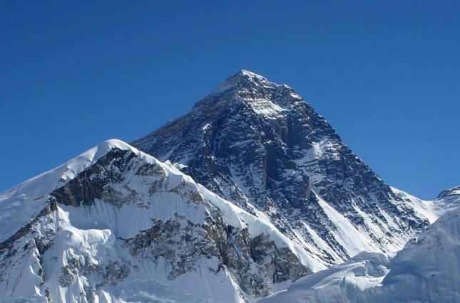 Самую высокую в мире метеостанцию установили на Эвересте
