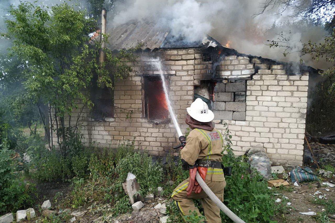 В сгоревшем доме на Харьковщине найдены обгоревшие останки человека (фото)
