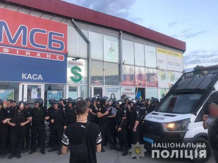Ночной конфликт на одной из торговых площадок Харькова: есть пострадавшие (фото, видео)
