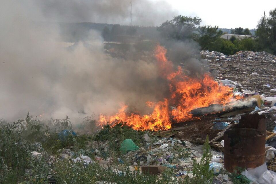 Спасатели локализовали пожар на свалке под Харьковом (фото)