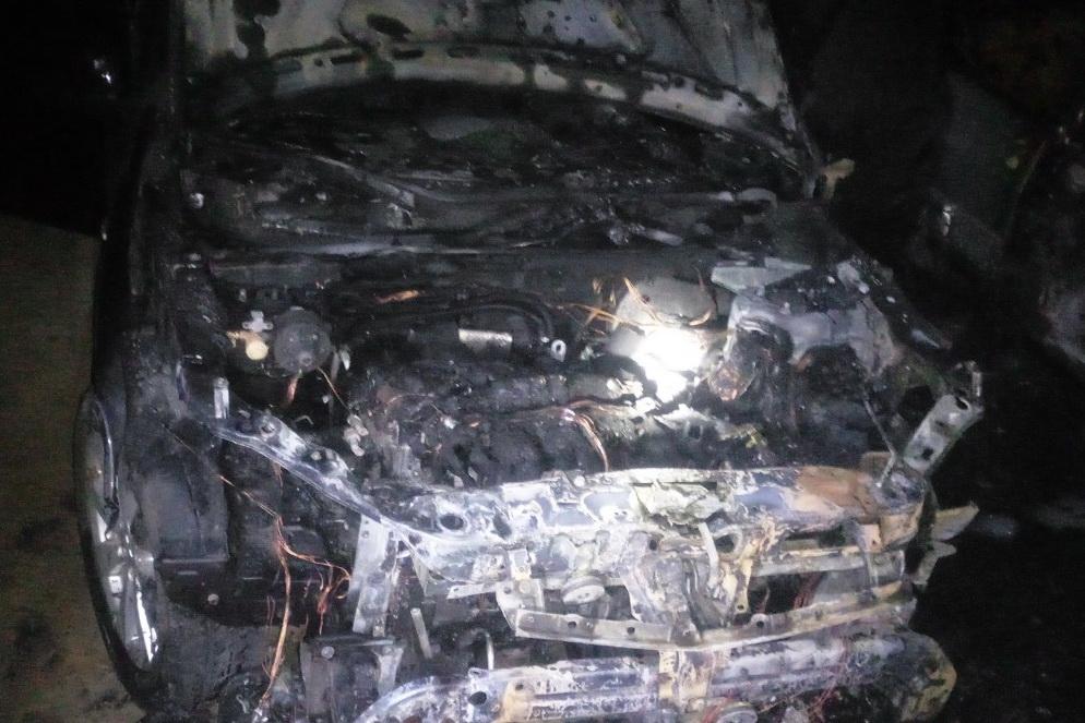 В Харькове ночью во дворе многоэтажки сгорели автомобили (фото)