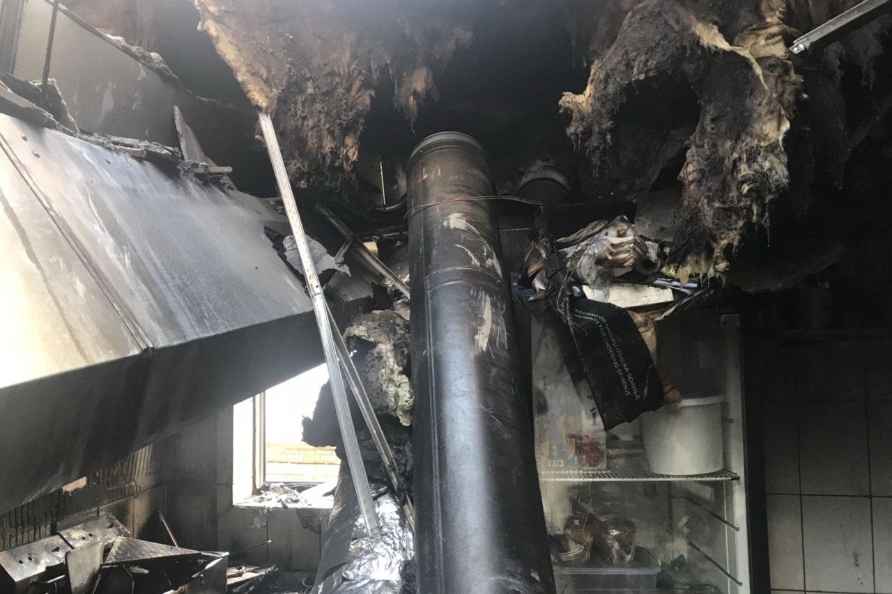 Пожар в Харькове: в пивном пабе сгорела кухня (фото)