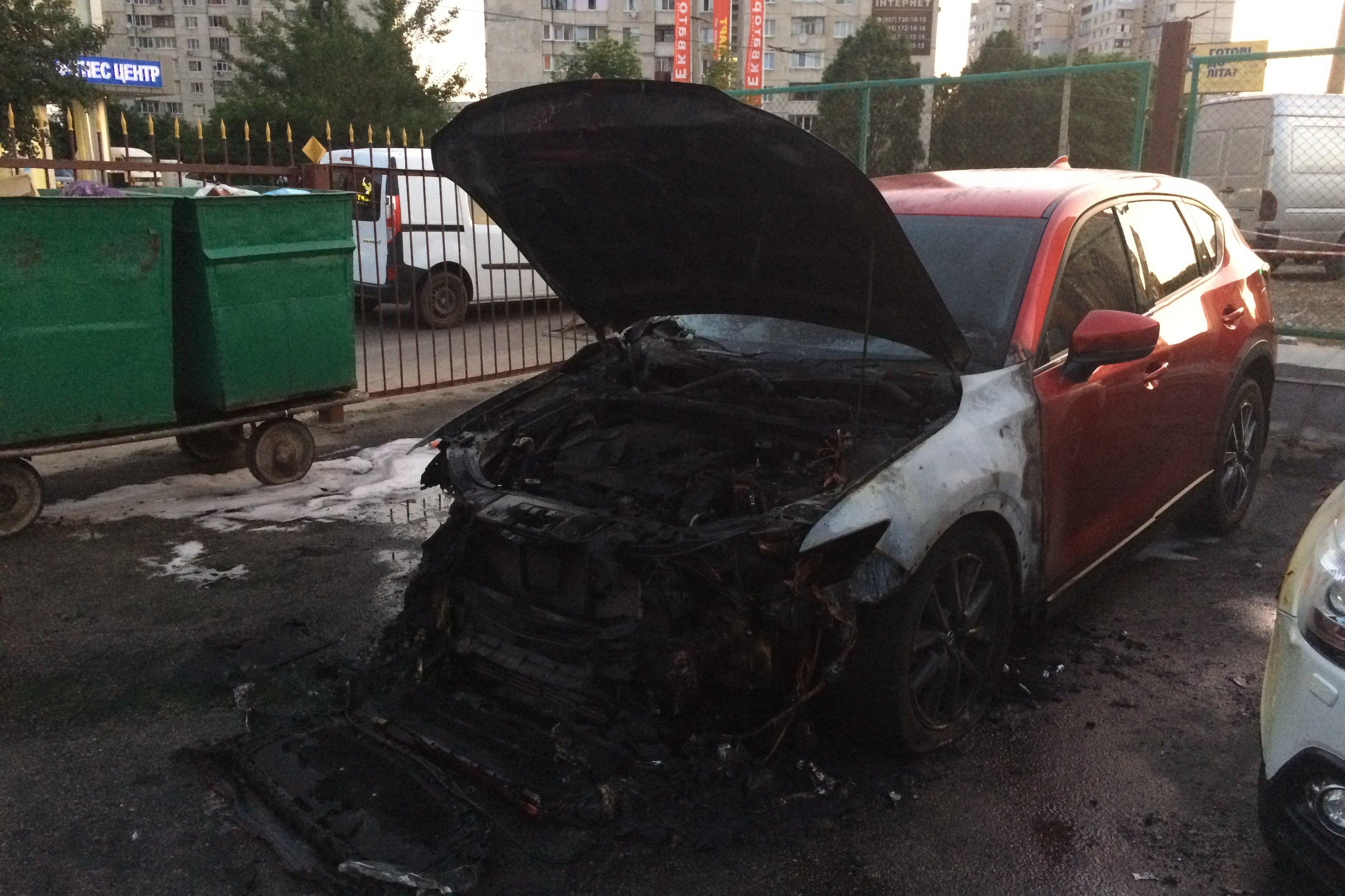В Харькове на парковке сгорел дорогой автомобиль (фото)