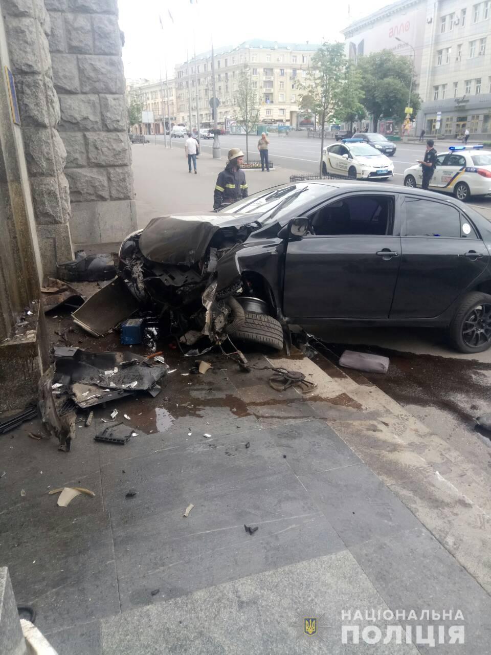 Водитель, врезавшийся в здание горсовета, мчался, не сбавляя скорости, по пешеходному переходу (видео)