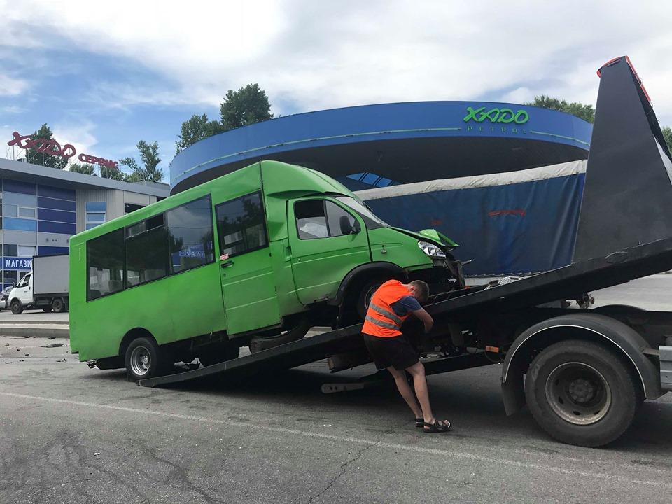 ДТП на Тракторостроителей: пассажир маршрутки рассказал, как произошла авария (фоторепортаж)