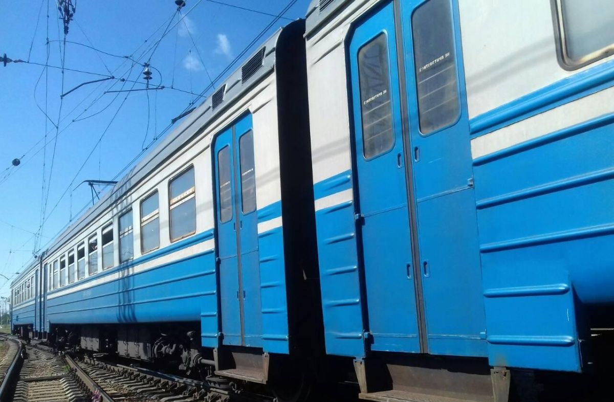 Был в наушниках и остался без ноги: в Харькове поезд сбил мужчину