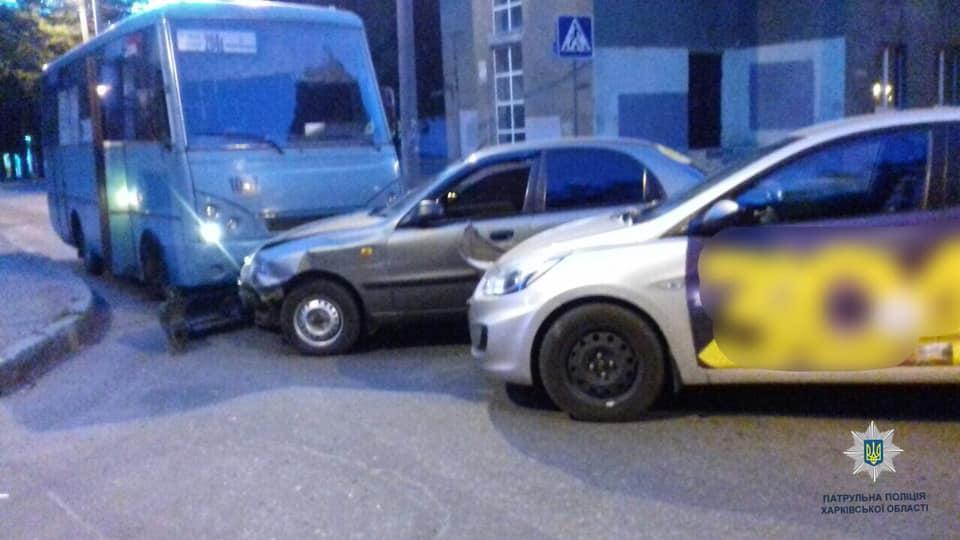 В Харькове автобус попал в ДТП (фото)