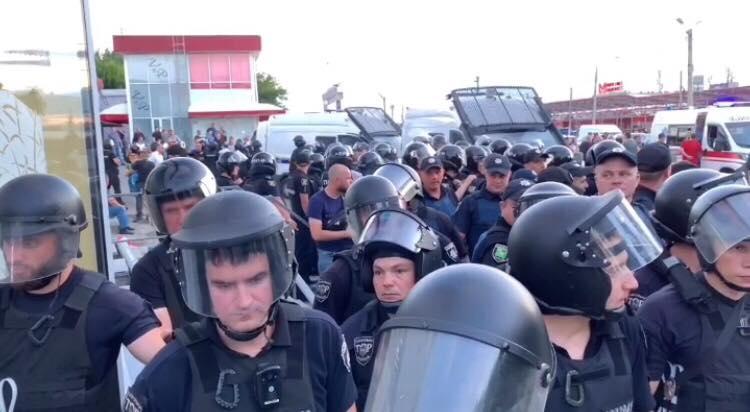 Избиение харьковского телевизионщика на рынке: полиция открыла два производства