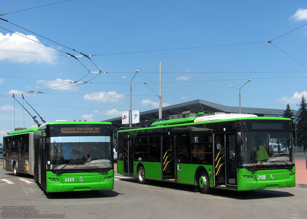 Упала с крыши троллейбуса: ЧП в Харькове
