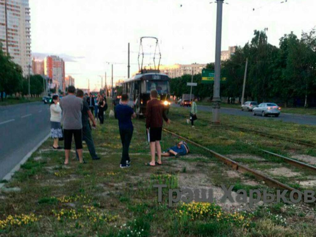 В Харькове парень попал под трамвай и потерял руку