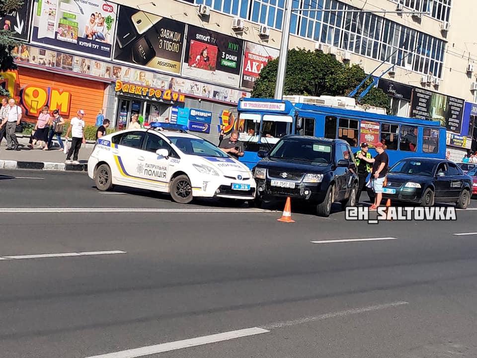 На проспекте Гагарина Suzuki не пропустил вперед патрульный автомобиль