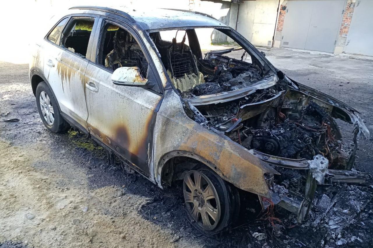В Харькове на открытой стоянке гаражного кооператива произошел пожар