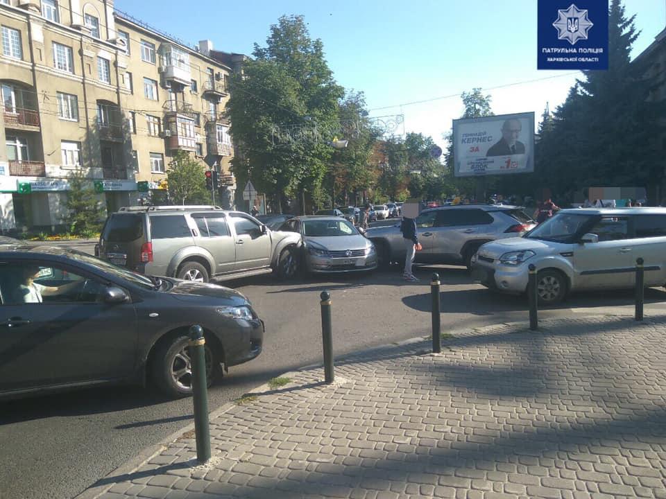 На Сумской столкнулись Nissan, Toyota и Volkswagen (фото)