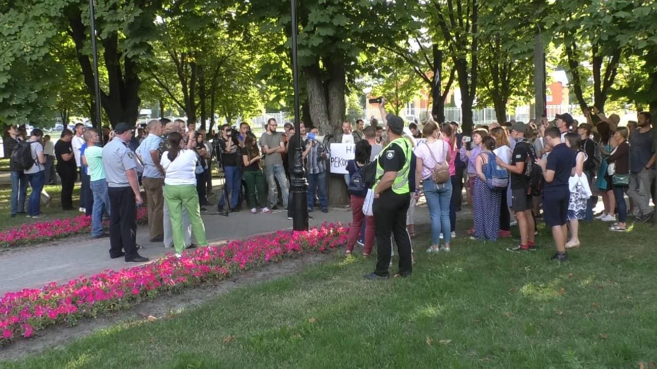 В Харькове активисты провели  митинг возле памятника маршалу Жукову (фото)