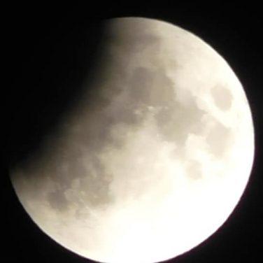 """""""Кровавое"""" лунное затмение наблюдали жители Украины и других стран (фото, видео)"""