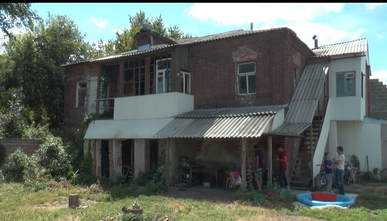 Мешканці будинку у центральному районі Харкова побоюються опинитися під завалами (відео)