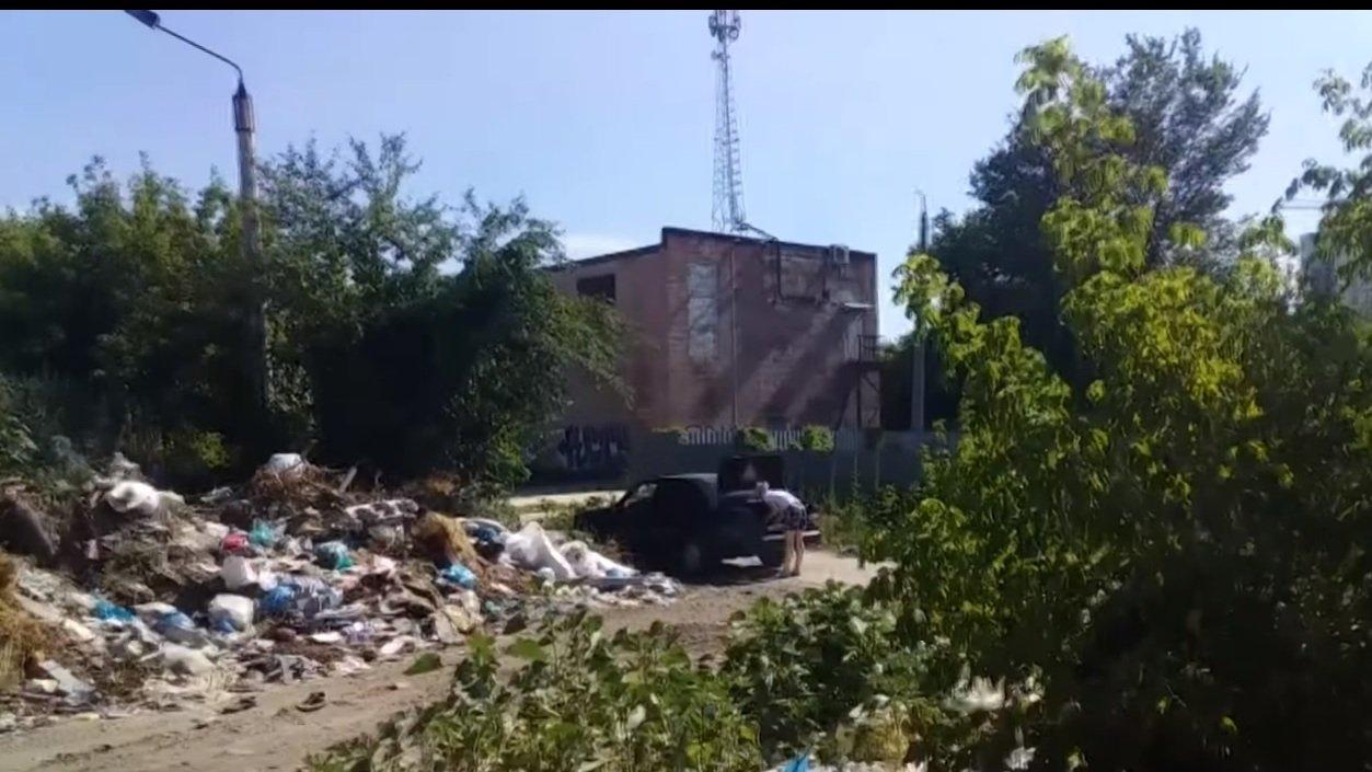 У центрі Харкова влаштували стихійне сміттєзвалище (відео)