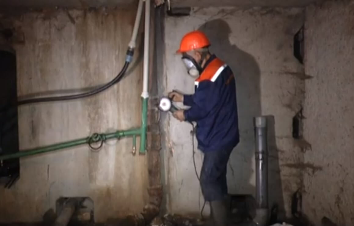 У Харкові комунальники перевіряють підвальні приміщення житлових будинків (відео)
