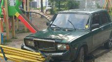 Выпил и сел за руль: в Харькове водитель выехал на детскую площадку (фото)