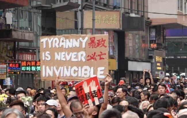 Митинги в Гонконге: протестующие заблокировали железную дорогу