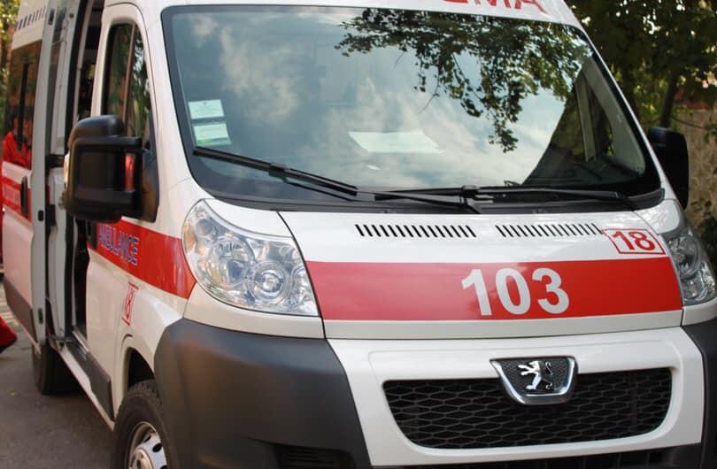 Спасатели помогли девочке, которая застряла между деревьями