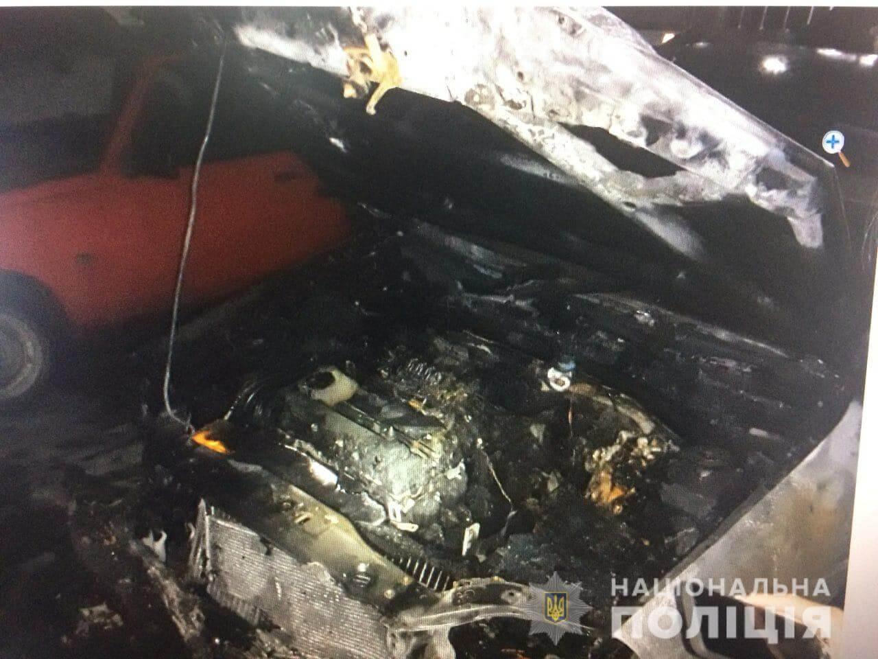 Ночью в Харькове загорелся автомобиль (фото)