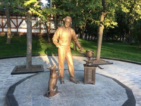 В саду Шевченко установили скульптуру академика Вернадского, который «варит» борщ (фото)