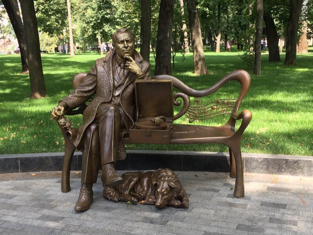В саду Шевченко можно сфотографироваться с Марком Бернесом