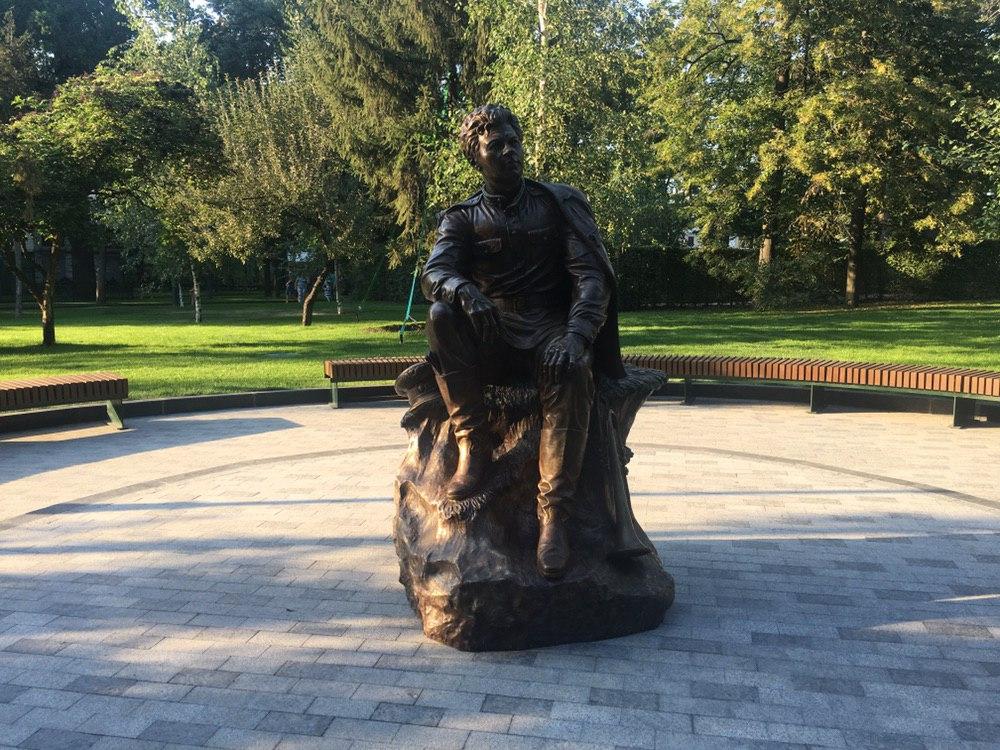 В саду Шевченко установили скульптуру актёра Леонида Быкова