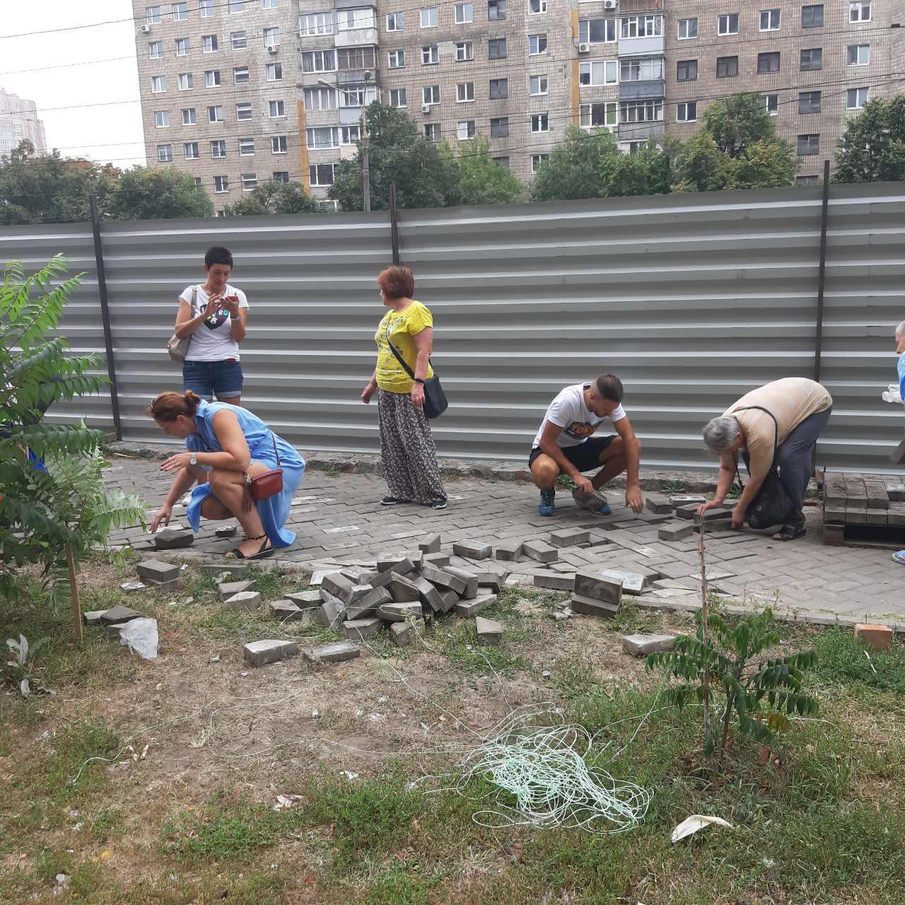 Харьковчане снесли забор на месте строительства киосков (фото, видео) | «Объектив»