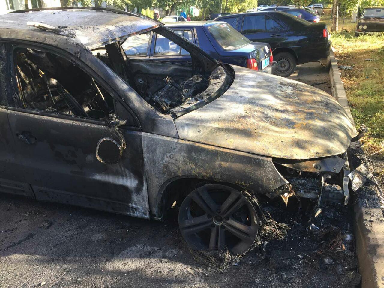 В Харькове во дворе многоэтажки сгорела иномарка (фото)