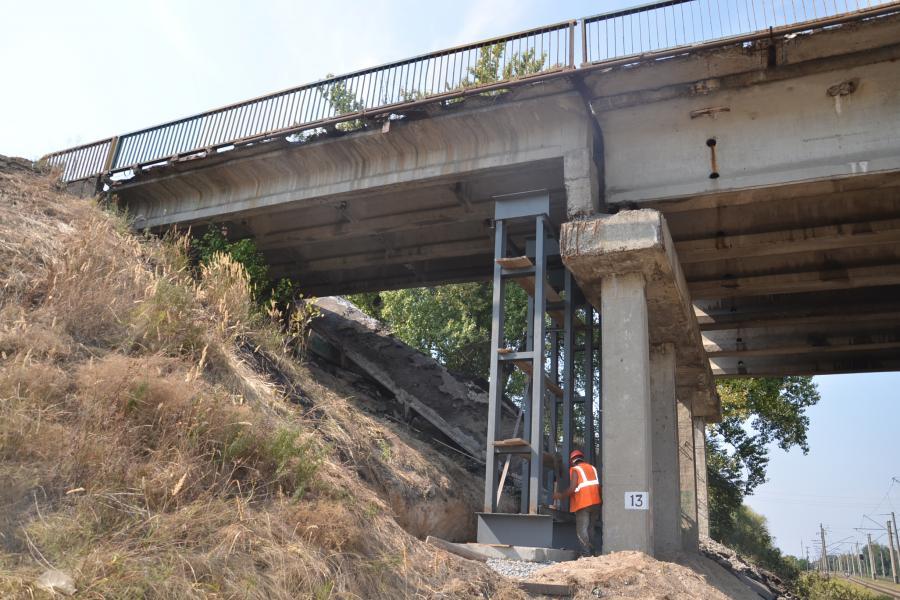 На поврежденном путепроводе на Объездной проводятся монтажные работы