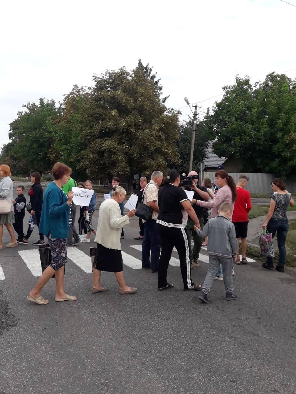 Учителя перекрыли дорогу в Первомайском (фото)