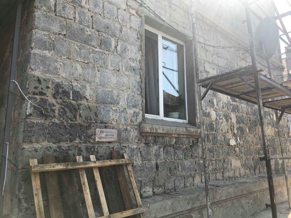 Жильцы дома в Новобаварском районе боятся заходить в подъезд (фото)
