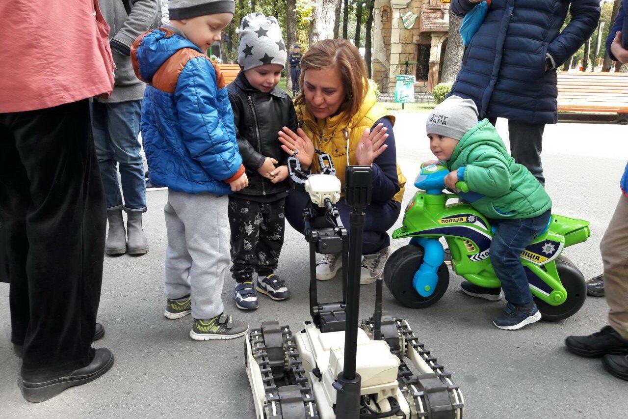 Спасатели подарили праздник детям (фото)