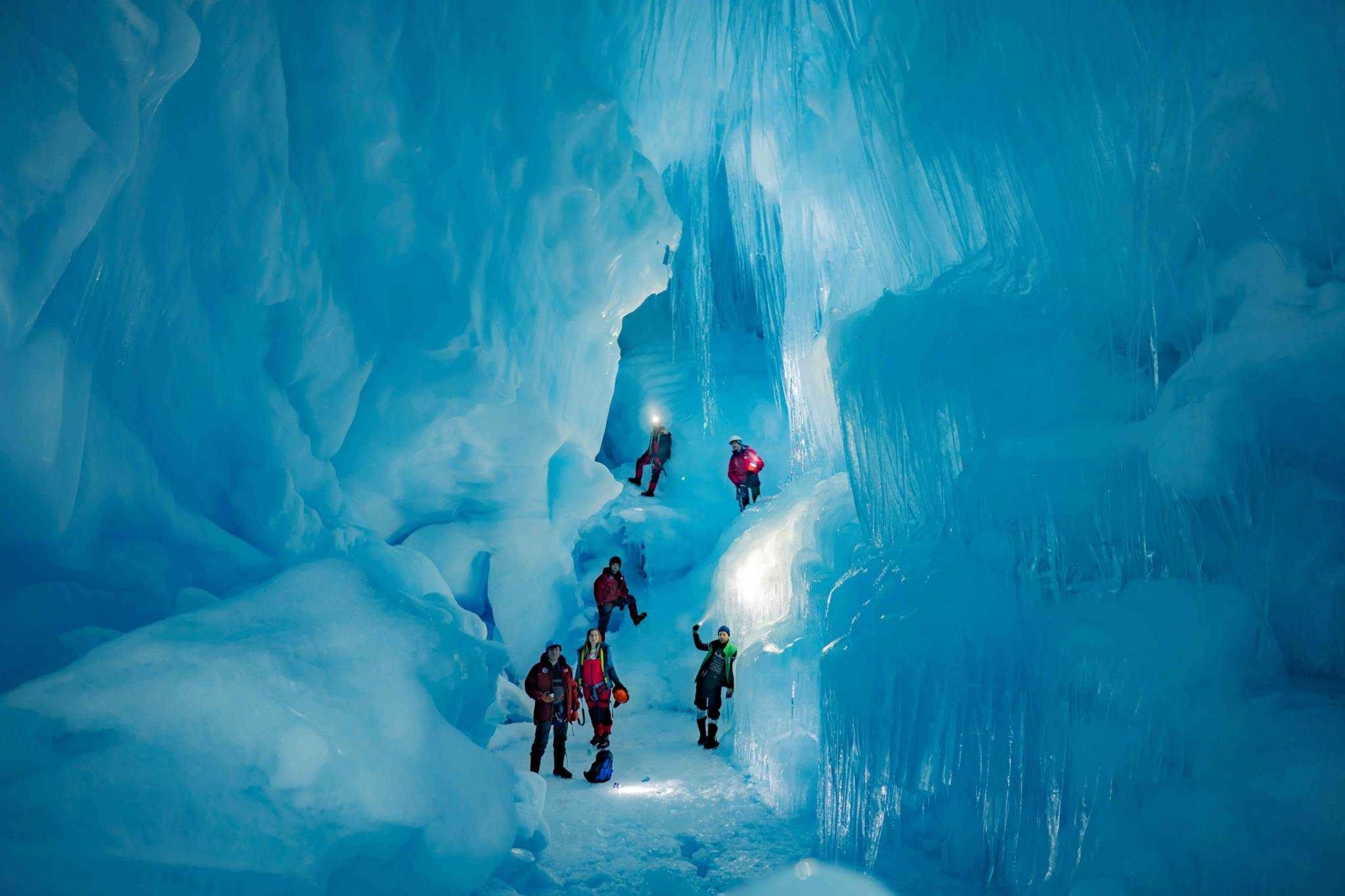 Украинские полярники нашли в Антарктиде «потерянную» ледниковую пещеру (фото)