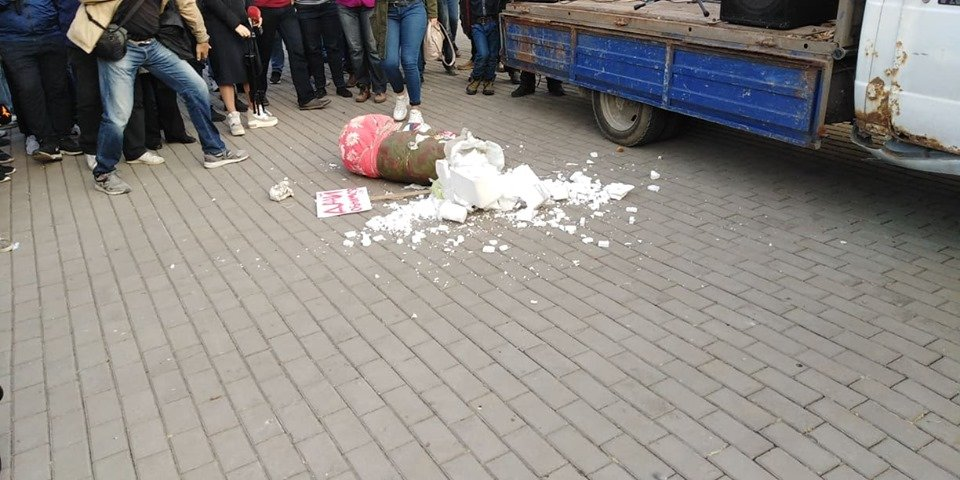 На пикете активисты молотком избили матрешку (видео)