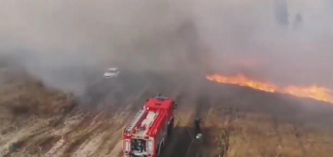 До ліквідації загоряння на військовому полігоні під Чугуєвом залучили пожежні танк і вертоліт (відео)