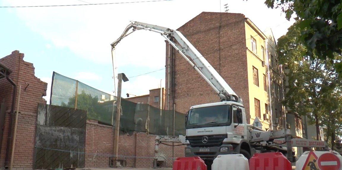 Зведення нової п'ятиповерхівки у Харкові: місцеві мешканці скаржаться, що дім будують незаконно (відео)