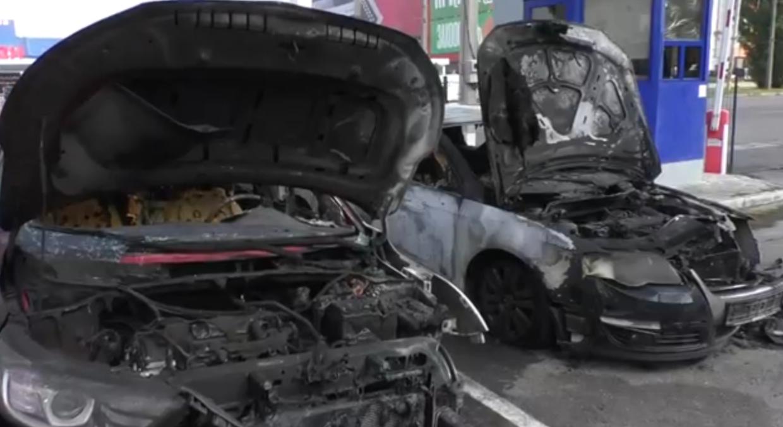 Вночі на парковці два автомобілі спалахнули полум'ям (відео)